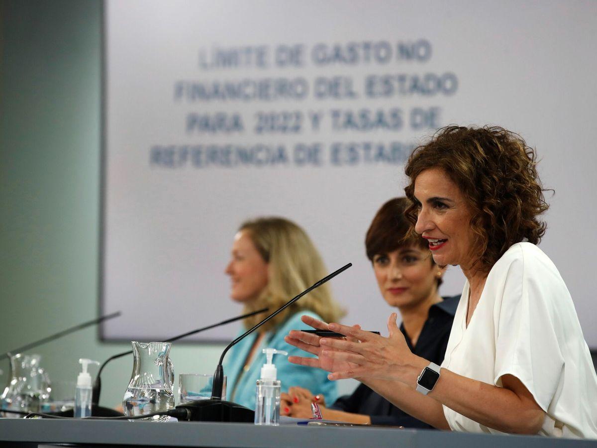 Foto: La ministra de Hacienda, María Jesús Montero (d), la ministra de Política Territorial y portavoz del Gobierno, Isabel Rodríguez (2d), y la vicepresidenta primera del Gobierno y ministra de Asuntos Económicos, Nadia Calviño. (EFE)