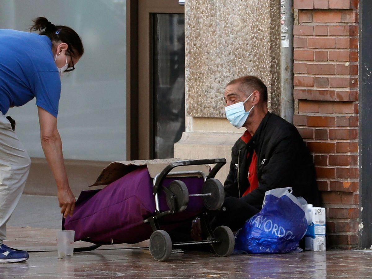Foto: Una persona sin recursos en una calle de Valencia (EFE)