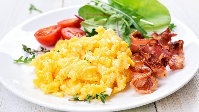 Huevos revueltos y beicon hechos en el microondas. (iStock)