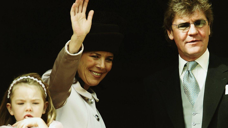 La princesa Alexandra de Hannover, Carolina de Monaco y Ernesto de Hannover, en 2004. (Getty)