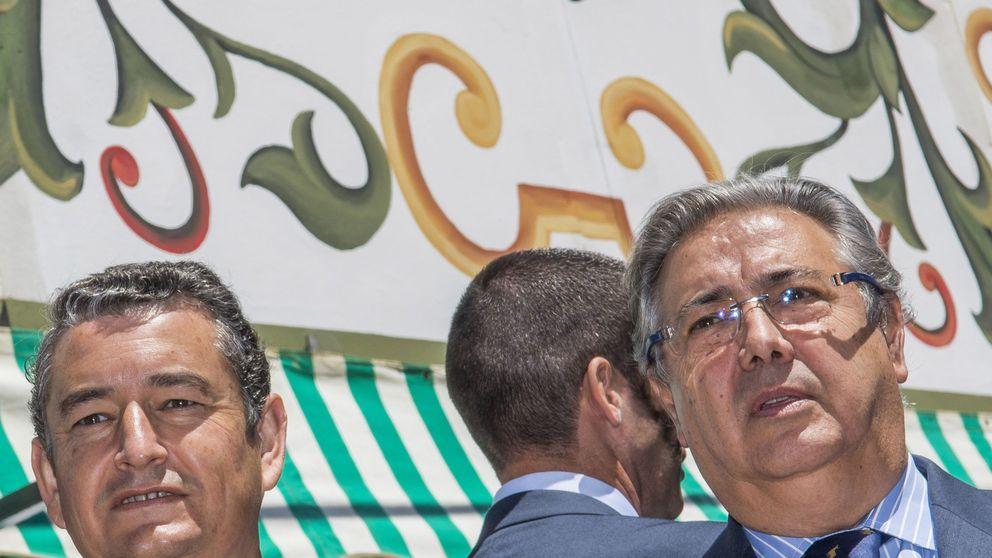 Zoido no olvida a 'su gente': condecora a sus cuatro exescoltas y a otros policías de Sevilla