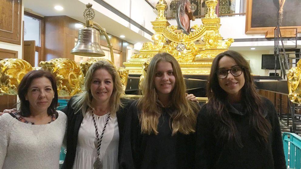 Mujeres de trono en Málaga: cinco toneladas de fe sobre sus hombros