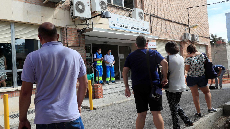 Varias personas hacen cola ante el Centro de Especialidades de Orcasitas para someterse a una PCR.