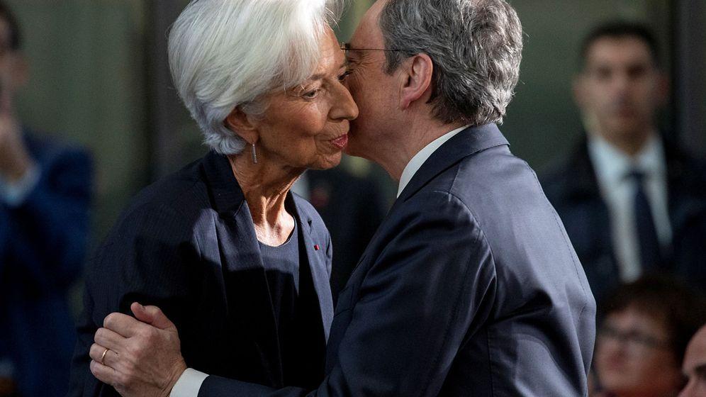Foto: Christine Lagarde y Mario Draghi se saludan en la sede del BCE, en la despedida del italiano. (Reuters)