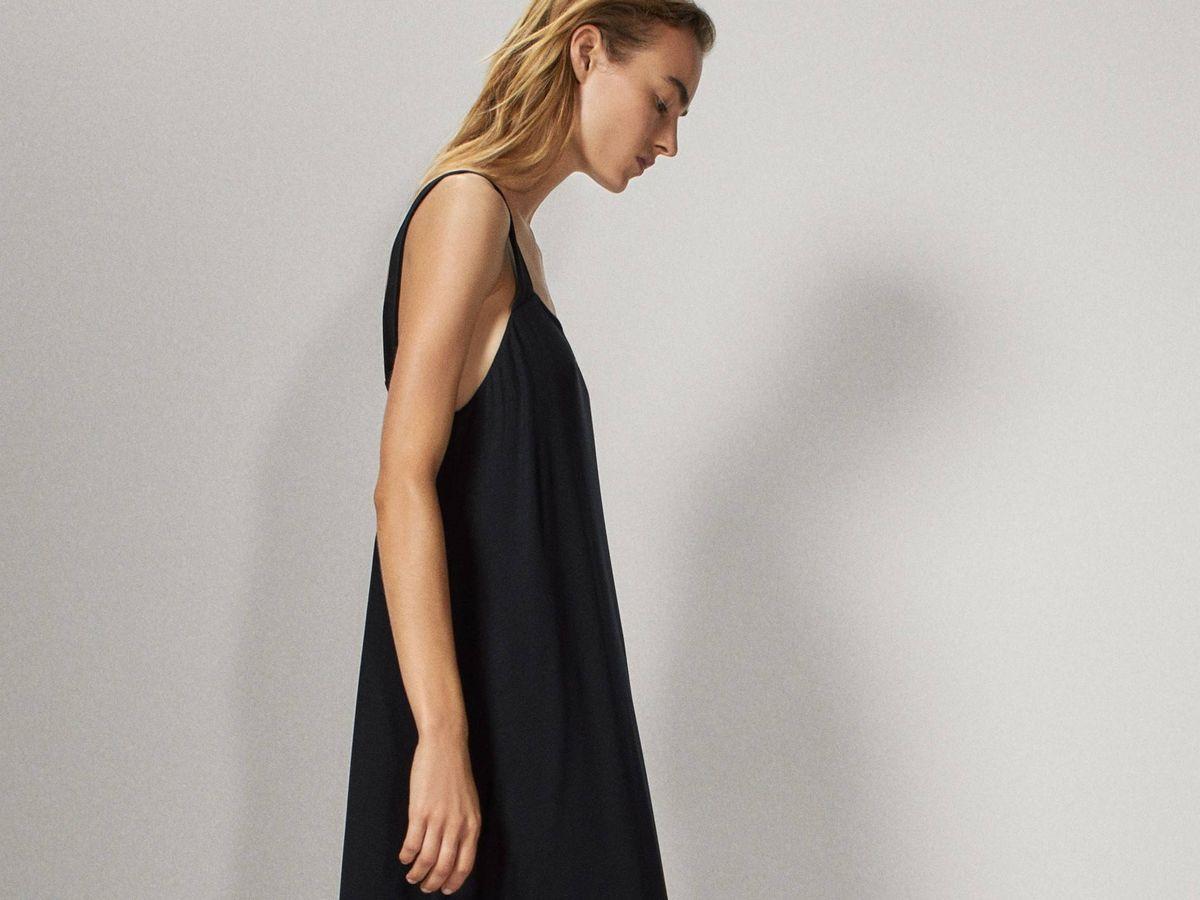 Foto: Vestido negro de Massimo Dutti. (Cortesía)