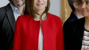 Doña Letizia amortiza (y muy bien) el abrigo de Zara que consiguió agotar