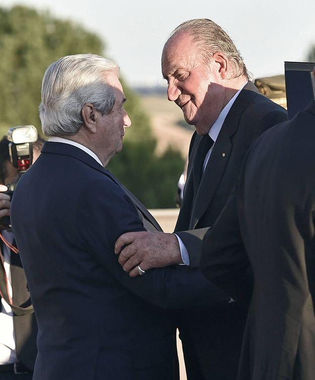 Don Juan Carlos a su llegada al tanatorio. (Gtres)