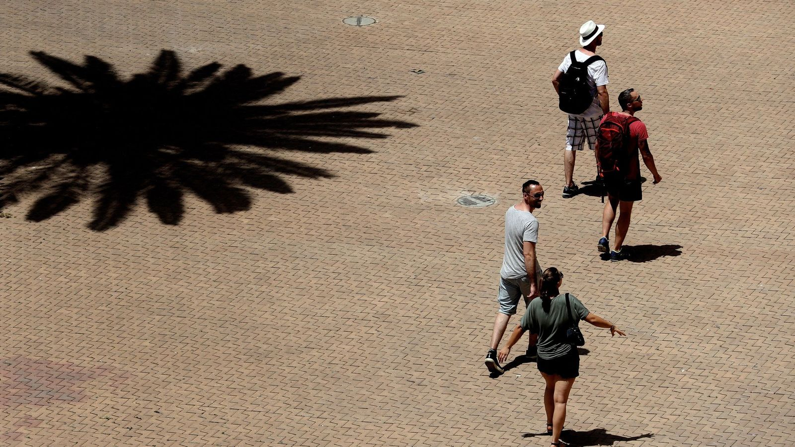 Foto: La ola de calor también llega a Baleares, por donde pasean varios turistas. (EFE)