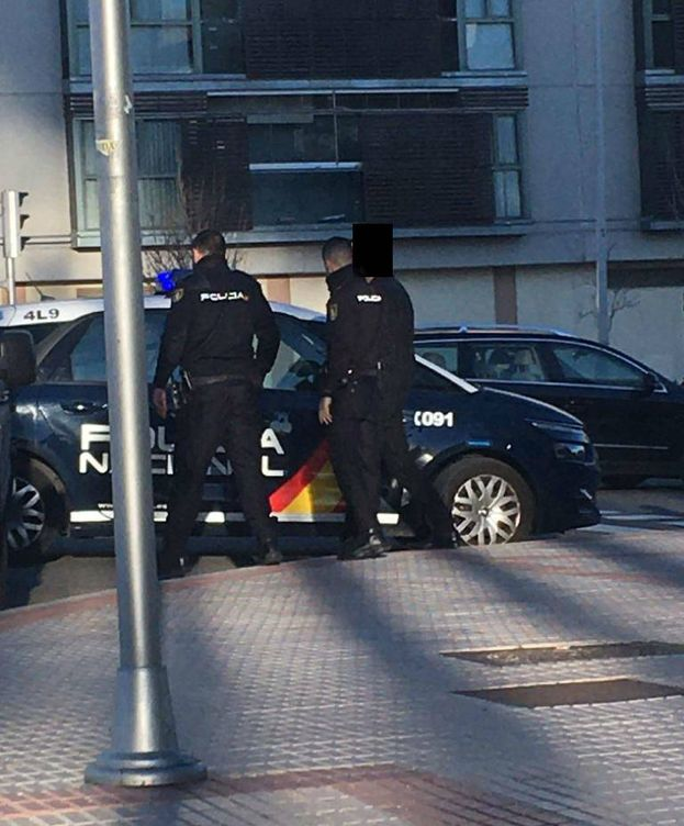 Foto:  Imagen difundida por Whatsapp del momento en el que la Policía localiza al hombre inocente, cuya cara tapa El Confidencial con el fin de que no se conozca su identidad.