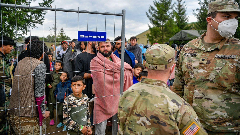 Foto: Evacuados afganos llegan a la base militar de Estados Unidos en Kaiserslautern, Alemania. (Getty)