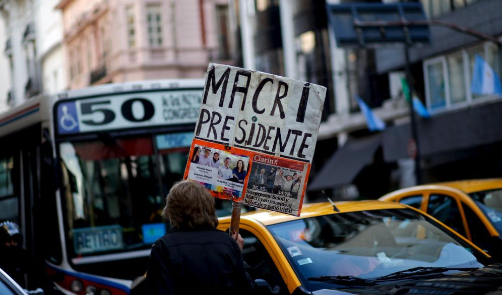 Foto: Una mujer con un cartel de apoyo al candidato conservador argentino Mauricio Macri, en Buenos Aires, el 5 de noviembre de 2015 (Reuters).