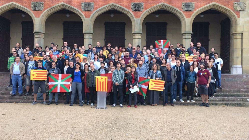 Foto: Cargos electos pertenecientes a Udalbiltza, la asociación de municipios vascos 'abertzales', este lunes, en apoyo del referéndum del 1-O. (EC)
