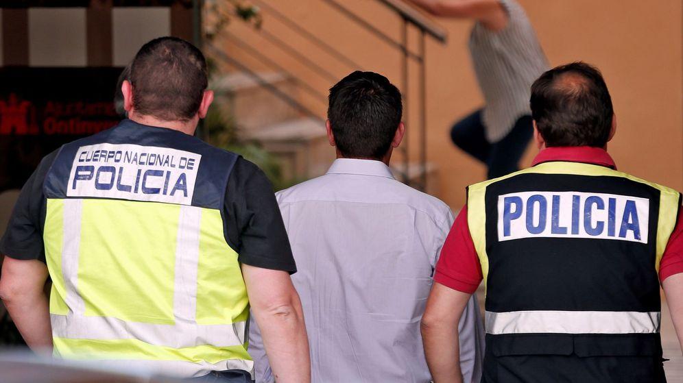 Foto: Jorge Rodríguez, de espaldas en el centro, a su llegada al Ayuntamiento de Ontinyent para un registro. (EFE)