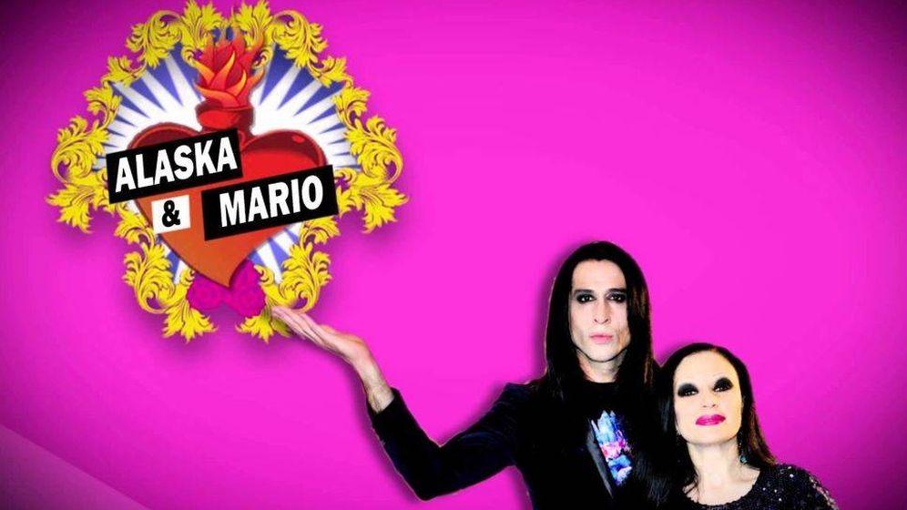 Foto: Alaska y Mario Vaquerizo anunciando uno de sus programas de tele. (EC)
