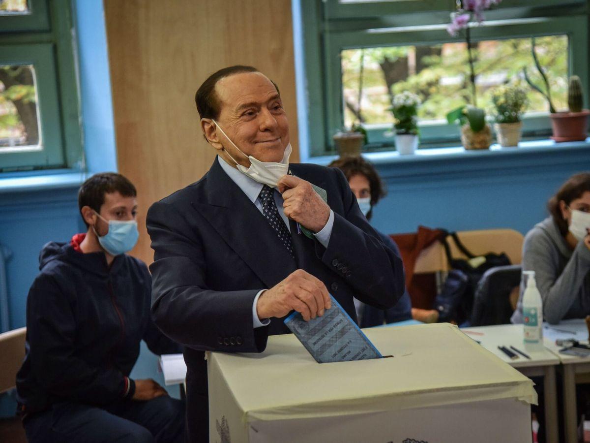 Foto: Silvio Berlusconi vota en las elecciones municipales en Italia. (EFE)