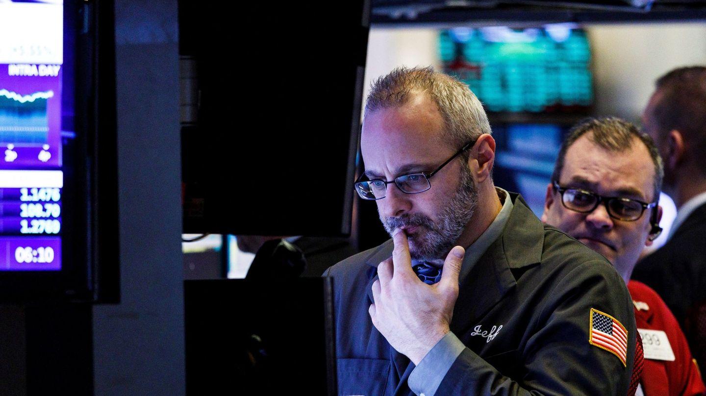 JLX13. NUEVA YORK (ESTADOS UNIDOS), 07 01 2019.- Corredores de bolsa trabajan en la sede de la Bolsa de Valores de Nueva York (NYSE) al cierre de la jornada hoy, en Nueva York (EE.UU.). Wall Street cerró hoy con ganancias y el Dow Jones de Industria