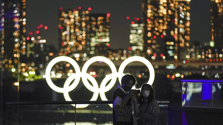 Una pareja se hace un selfie en Tokio. (Efe)