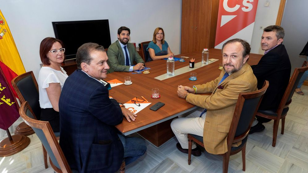 Foto: Reunión entre las tres formaciones en la sede de Cs. (EFE)