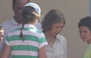 Froilán y Victoria Federica ponen fin a la soledad de la Reina en Mallorca