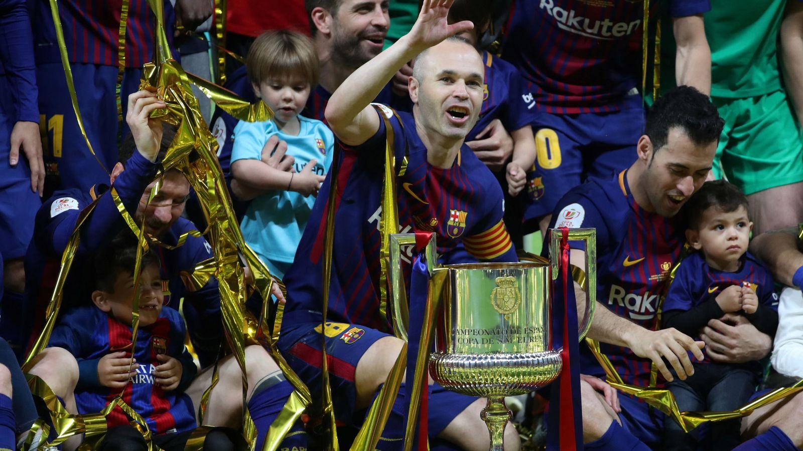 Foto: Iniesta con sus compañeros tras recibir la Copa. (Reuters)