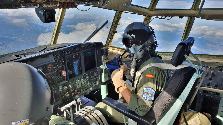 En vuelo con el C-130 Hércules del Ala 31. La tripulación va equipada para vuelos a gran altura. (Foto: Juanjo Fernández)