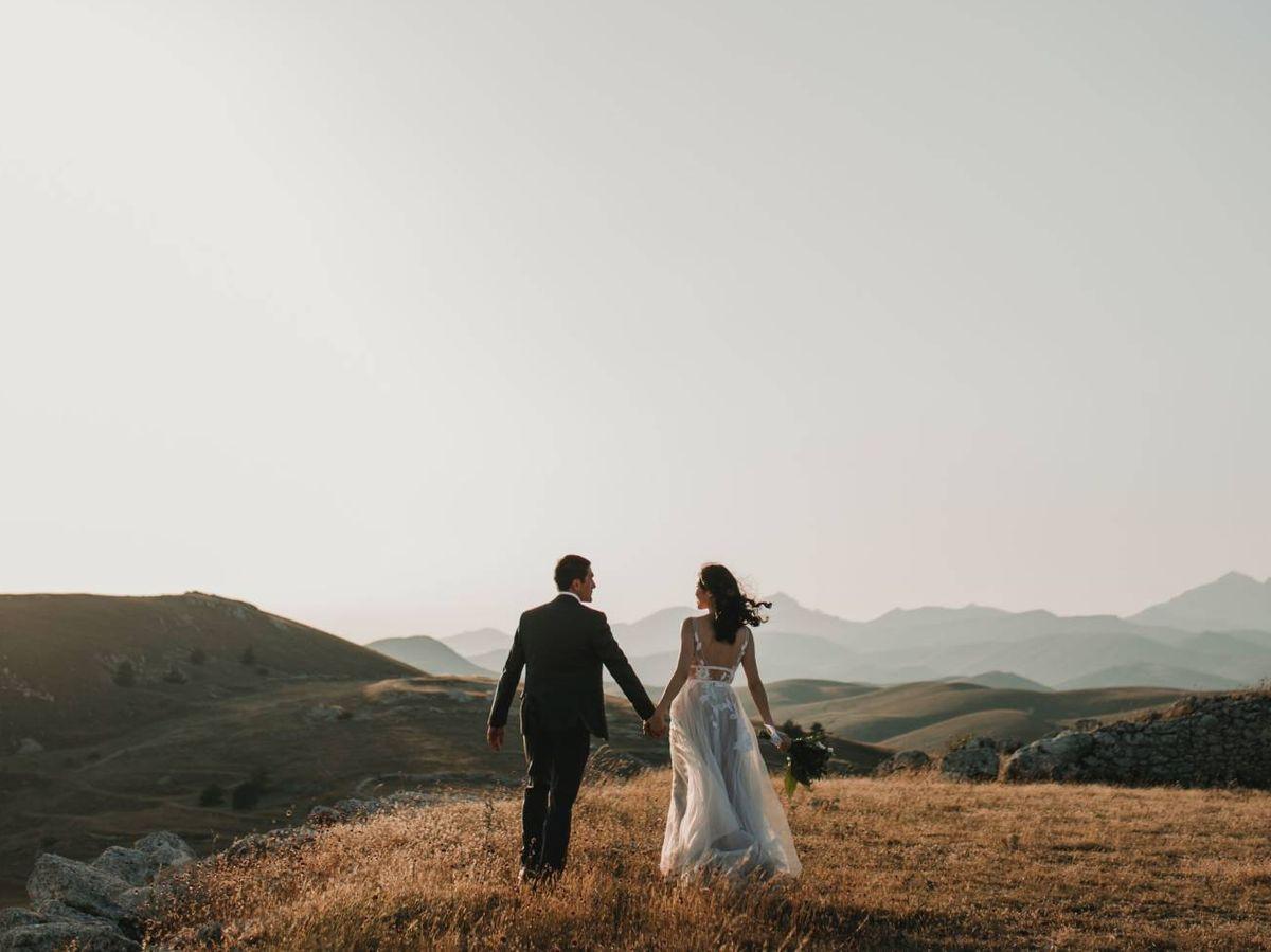 Foto: Una pareja de novios en su boda. (Pettine para Unsplash)