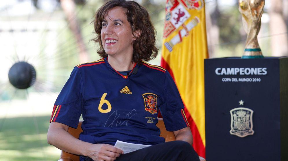 Foto: La presidente del Consejo Superior de Deportes (CSD), Irene Lozano, con la camiseta de Iniesta. (EFE)