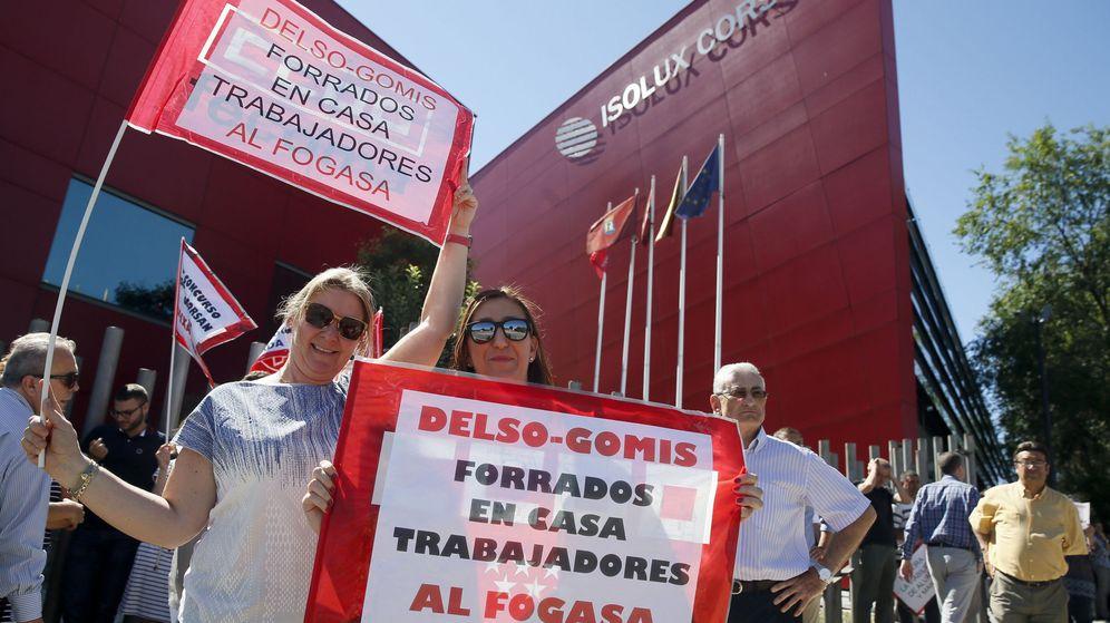 Foto: Protesta de trabajadores ante las puertas de la sede de Isolux. (EFE)
