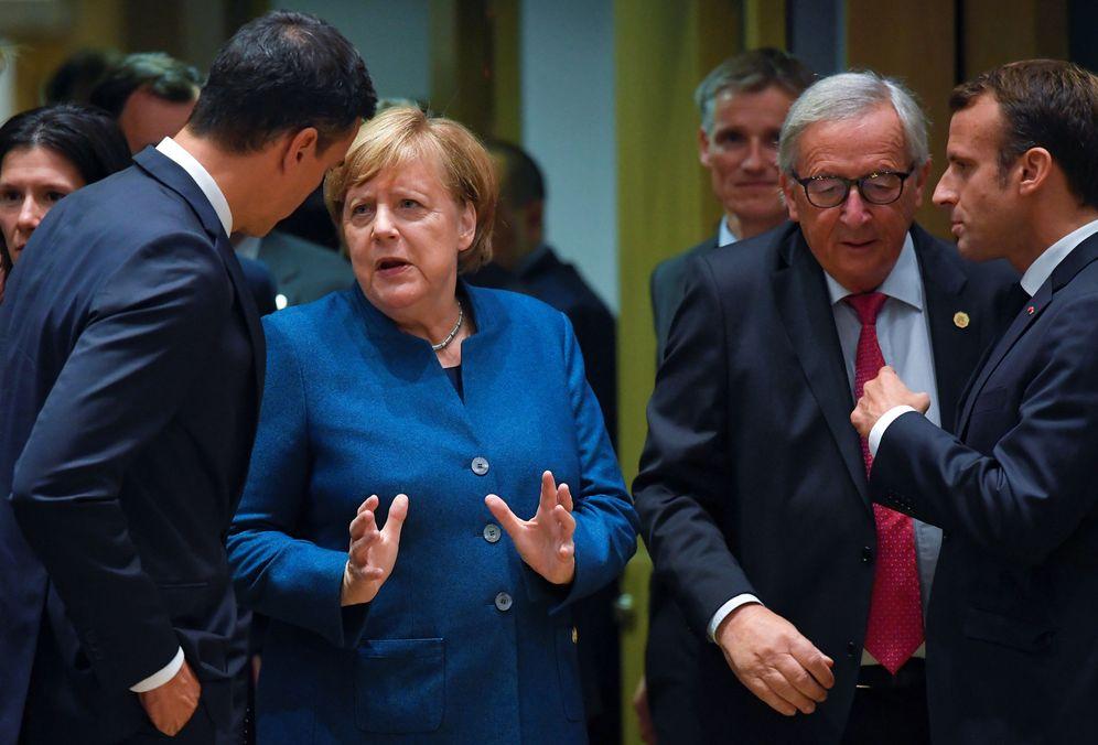 Foto: Pedro Sánchez charla con Angela Merkel, este 17 de octubre en Bélgica, en la cumbre europea. (Reuters)