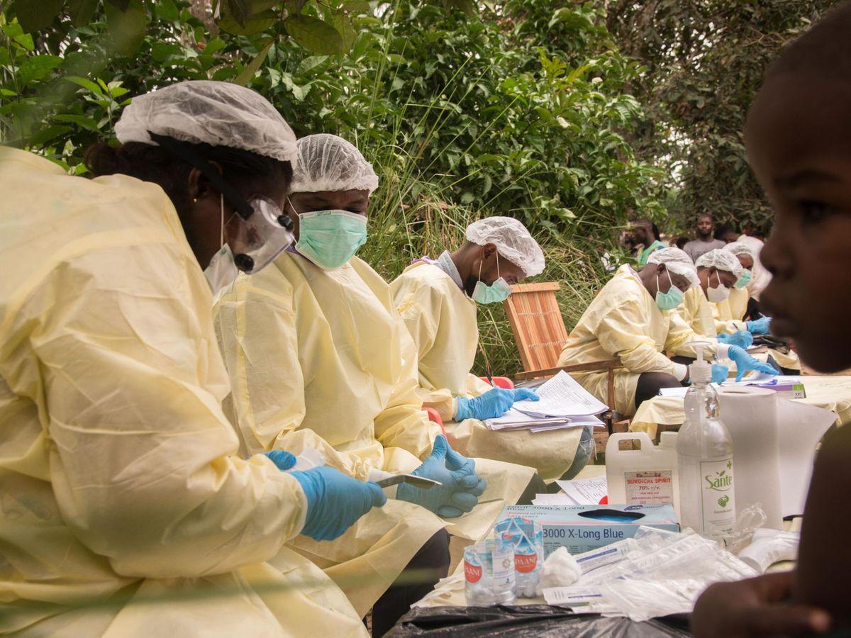 Foto: Personal médico preparando las vacunas para la población en el Mbandaka, en RDC. (EFE)