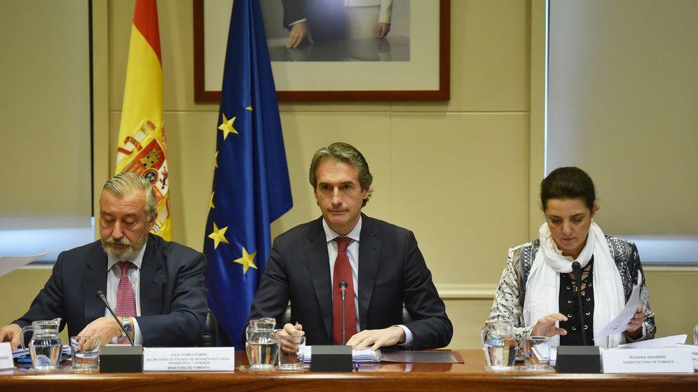 Foto: El ministro de Fomento, Íñigo de la Serna, en la reunión con los representantes sindicales del sector de la estiba. (EFE)