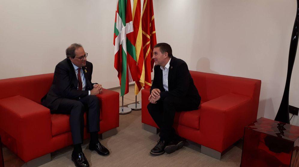 Foto: Quim Torra y Arnaldo Otegi se reúnen en los camerinos del Kursaal instantes antes de su conferencia. (J. M. A.)