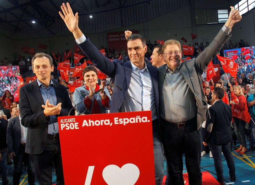 Foto: Pedro Sánchez, junto con el 'president', Ximo Puig, y el ministro de Ciencia, Pedro Duque, este 25 de octubre en Alicante. (EFE)