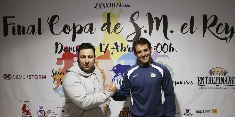 Foto: Juan Carlos Pérez, entrenador de SilverStorm El Salvador, y Diego Merino, del VRAC Quesos Entrepinares. EFE/NACHO GALLEGO