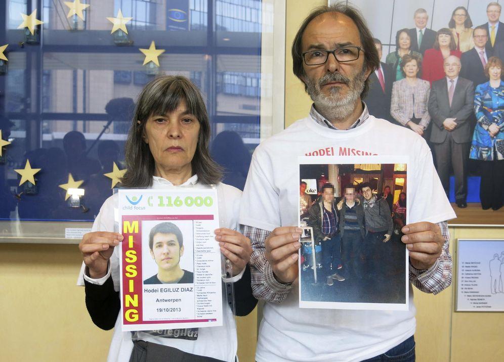 Foto: Los padres de Hodei Egiluz muestran fotos de su hijo durante una estancia en el Parlamento Europeo para denunciar el caso. (EFE)