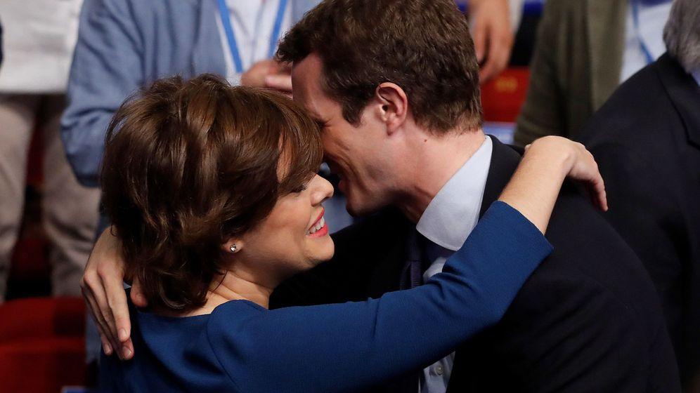 Foto: Soraya Sáenz de Santamaría felicita a Casado tras su victoria. (EFE)
