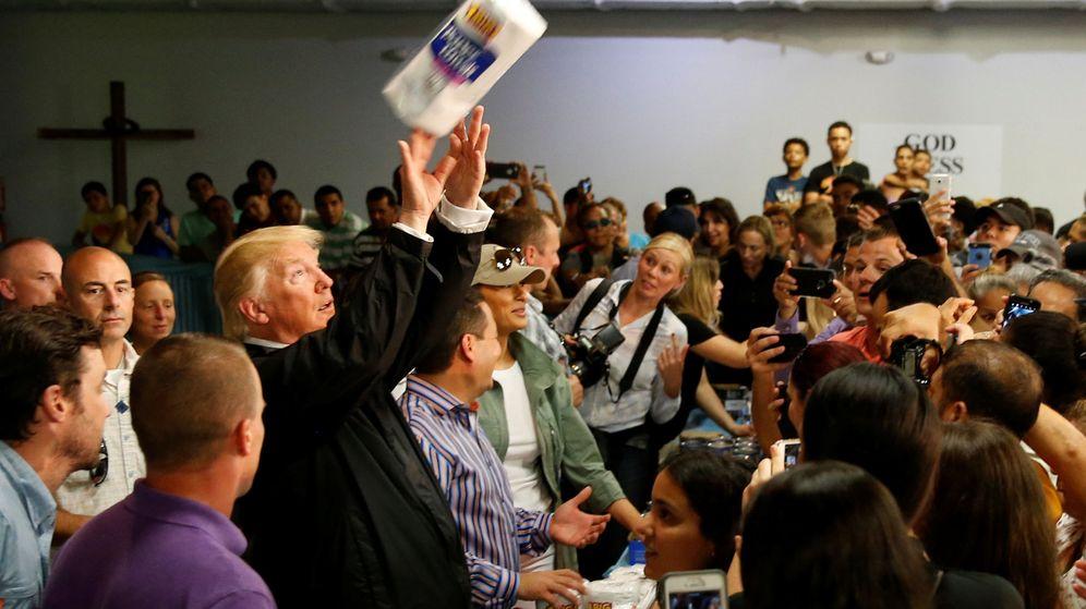 Foto: El presidente de Estados Unidos, Donald Trump, lanza rollos de papel a los damnificados por el huracán María en Puerto Rico. (Reuters)