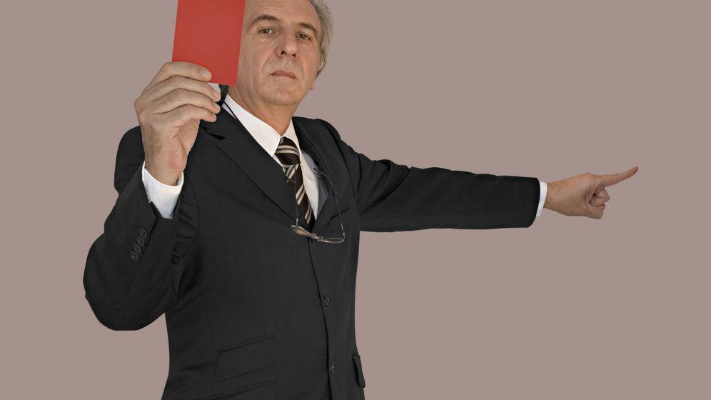 Foto: Tarjeta roja por la broma, te vas a la calle. (iStock)
