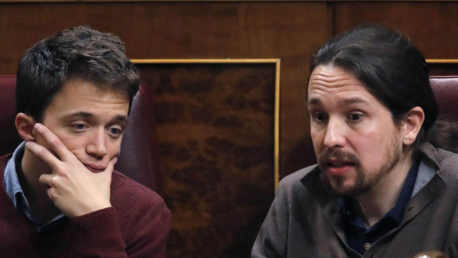 Foto: Los diputados de Podemos Pabo Iglesias (d) e Íñigo Errejón, durante el pleno del Congreso de los Diputados de este martes. (EFE)