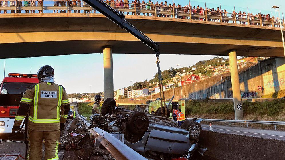 Foto: Bomberos en la autopista AP-9 tras el accidente. (EFE)