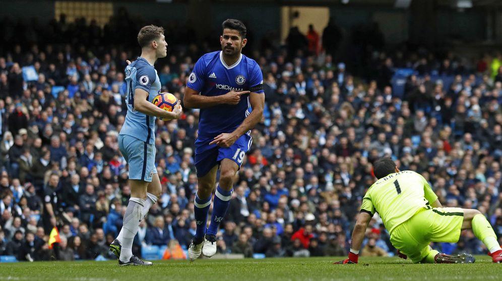 Foto: Costa señaló el brazalete en honor al Chapecoense tras marcar su gol (Jason Cairnduff/Reuters).