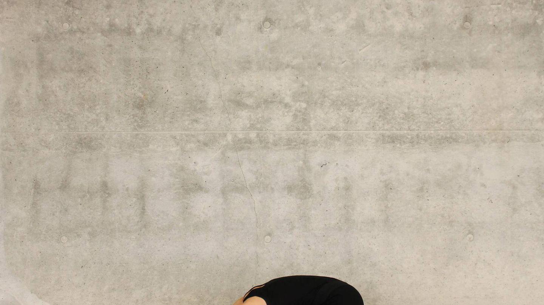 Estirar la espalda y el cuello nos ayudará a aliviar la tensión en la zona. (Katee Lue para Unsplash)