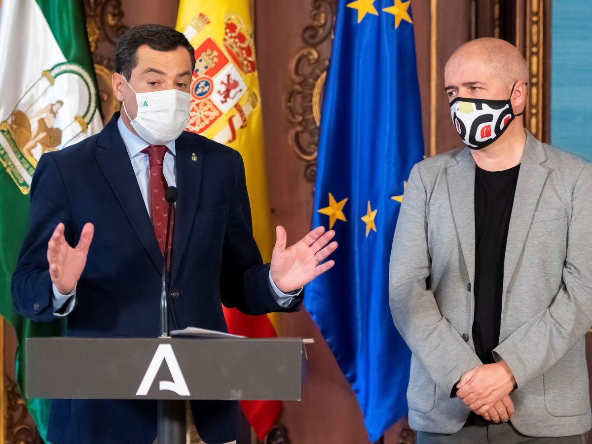 Foto: El presidente de la Junta de Andalucía, Juanma Moreno (i), junto al secretario general de CCOO, Unai Sordo. (EFE)