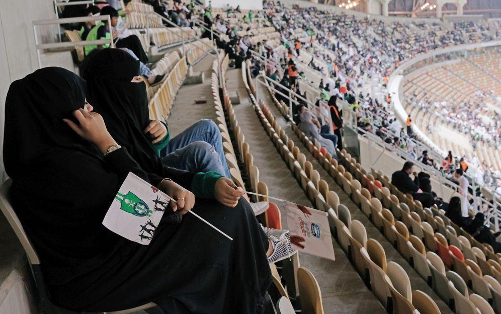 Foto: Mujeres saudí viendo un partido de fútbol este viernes. (Reuters)