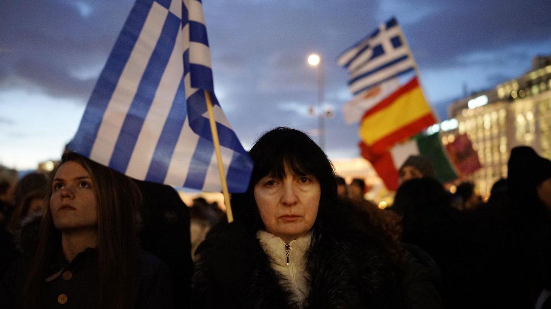 Una mujer sostiene una bandera griega durante la protesta celebrada ante el Parlamento, en Atenas (Reuters).