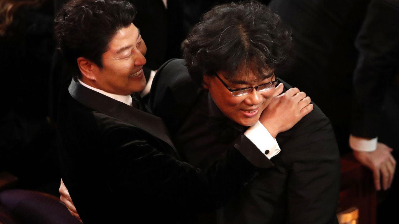 Bong Joon-ho se abraza con su actor protagonista. (Reuters)
