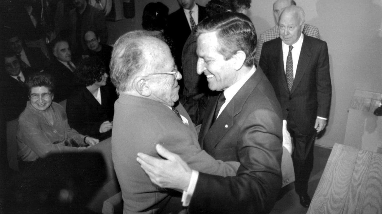 Adolfo Suárez y Carrillo se saludan en presencia de Jesús Polanco.