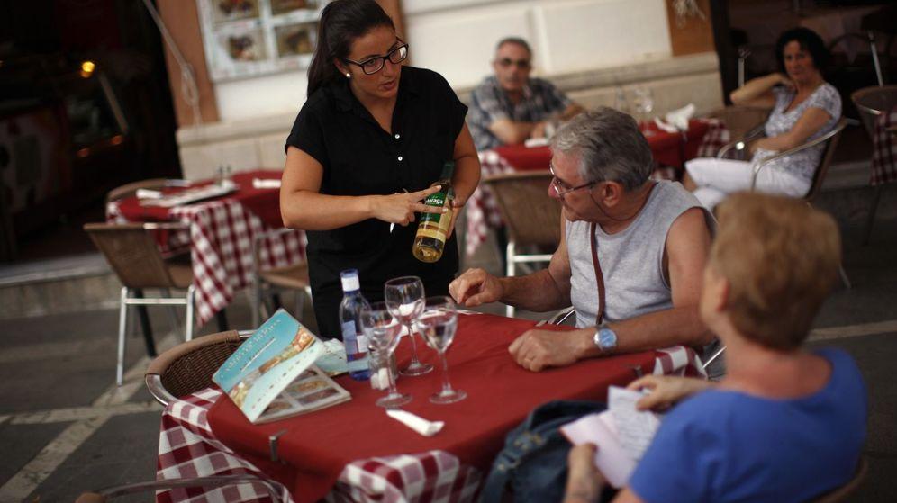 Foto: Una joven atiende a unos clientes en un restaurante. (Reuters)