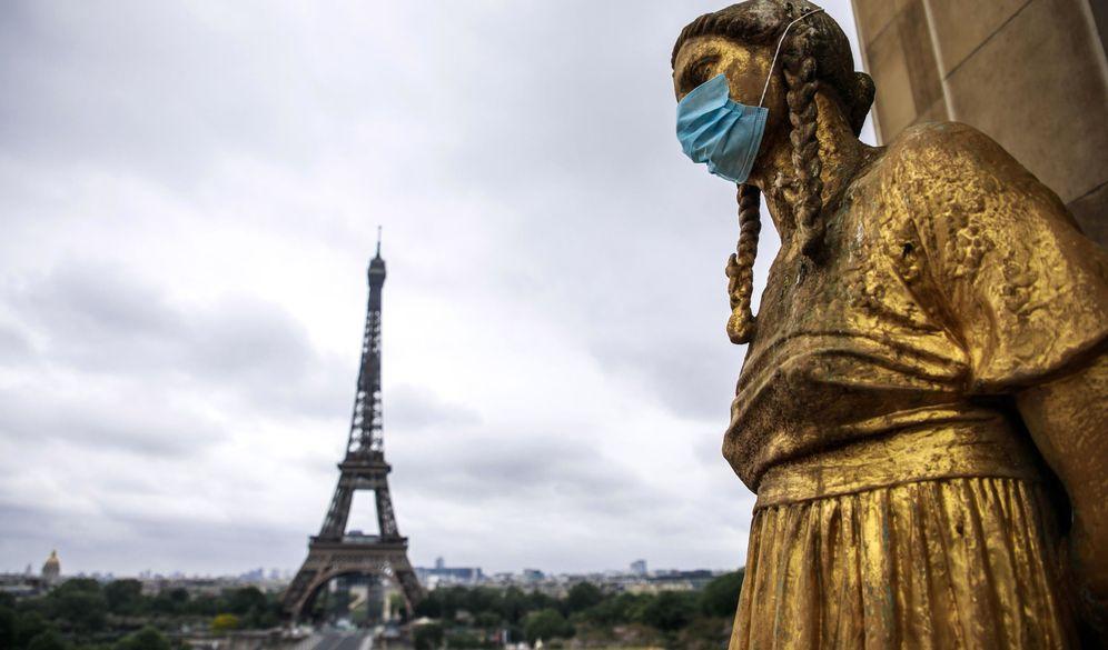 Foto: Estatuas doradas de Trocadero con mascarillas en París. (EFE)