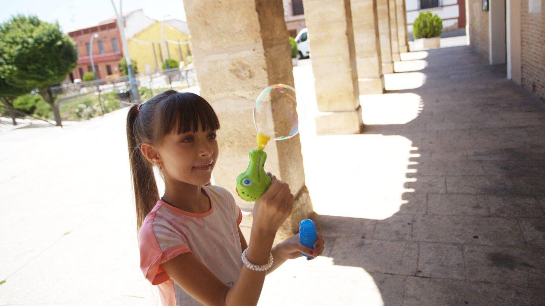 Daryna, de 8 años, que tiene una pequeña cardiopatía.